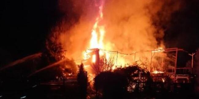 Şile'de 2 katlı ahşap bina alev alev yandı